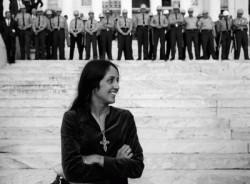 joan baez desafía a la policía derechos civiles